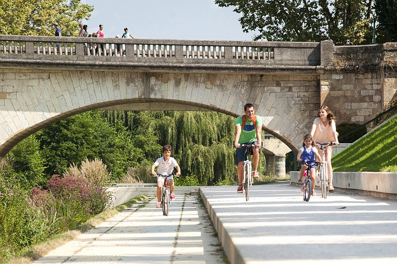 Famille à vélo sur les berges du Gers