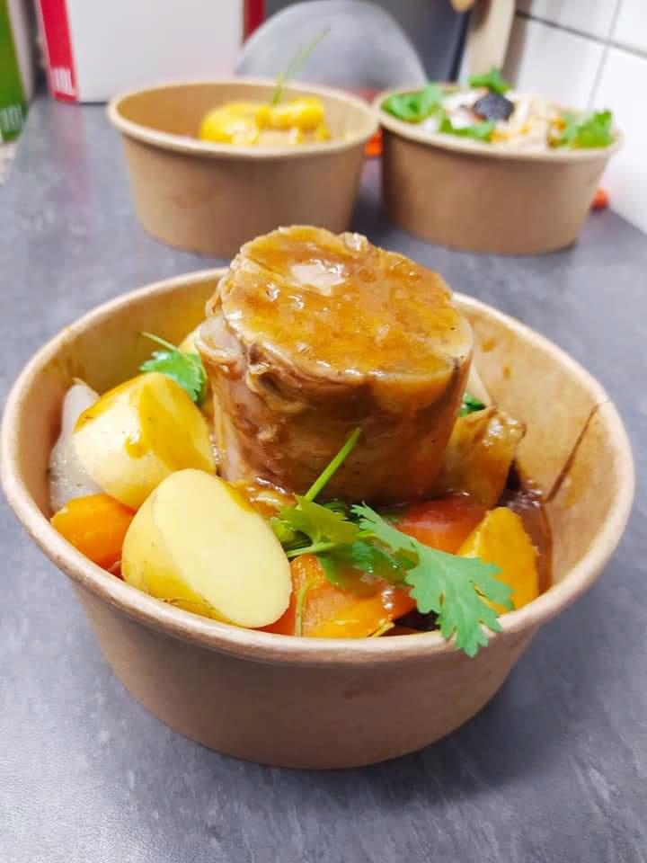 Comida para llevar: pierna de ternera, verduras pequeñas y patatas nuevas