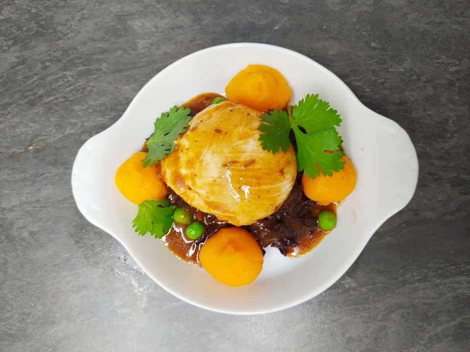 Huevo escalfado, compota de col lombarda, muselina de calabaza y jugo reducido